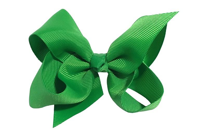 Leuke grote effen groene meisjes haarstrik van lint. Op een platte haarknip van 4.5 centimeter bekleed met groen lint. De strik heeft een afmeting van ongeveer 10 centimeter.