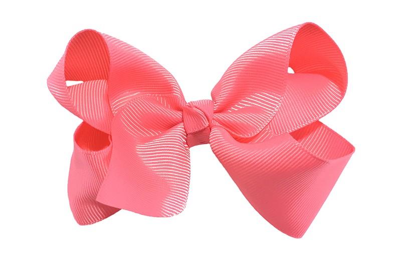 Leuke grote koraal(watermeloen) roze meisjes haarstrik van lint.  Op een platte haarknip van 4.5 centimeter bekleed met koraal roze lint. De strik heeft een afmeting van ongeveer 10 centimeter.