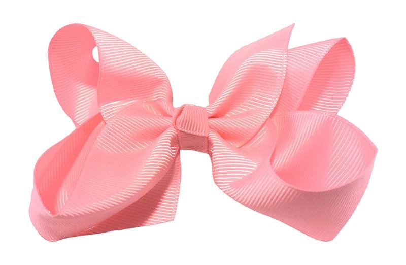 Leuke grote effen licht roze meisjes haarstrik van lint. Op een platte haarknip van 4.5 centimeter bekleed met licht roze lint. De strik heeft een afmeting van ongeveer 10 centimeter.