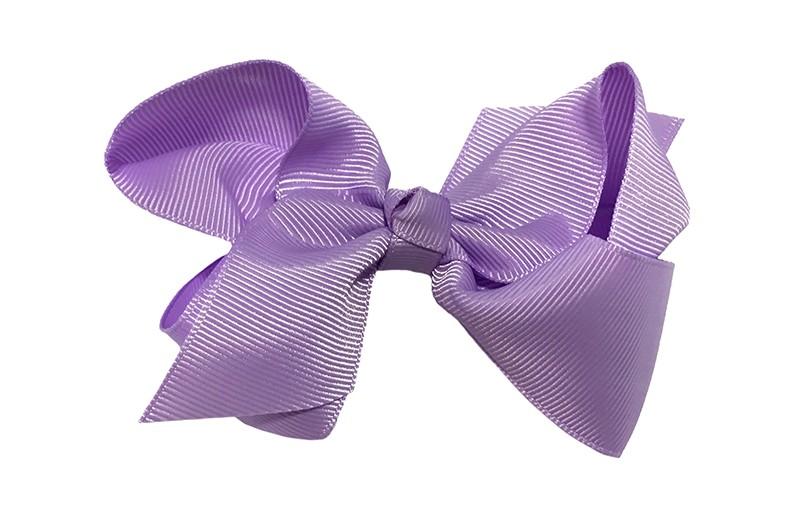 Leuke grote effen lila paarse meisjes haarstrik van lint. Op een platte haarknip van 4.5 centimeter bekleed met lila lint. De strik heeft een afmeting van ongeveer 10 centimeter.