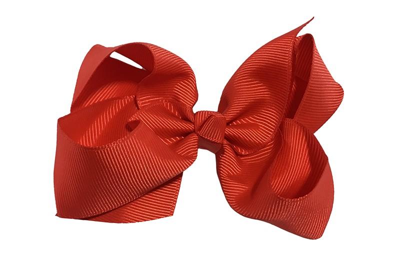 Leuke grote effen rood meisjes haarstrik van lint. Op een platte haarknip van 4.5 centimeter bekleed met rood lint. De strik heeft een afmeting van ongeveer 10 centimeter.