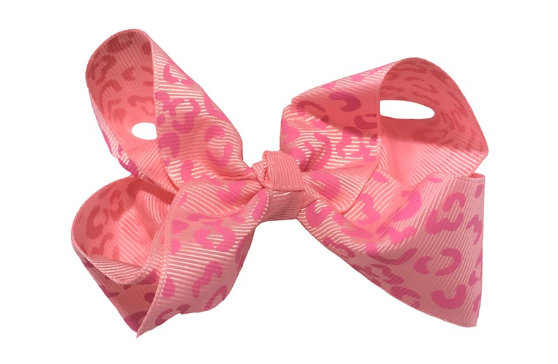 Leuke grote licht roze meisjes haarstrik van lint met roze luipaard patroon. Op een platte haarknip van 4.5 centimeter bekleed met roze lint. De strik heeft een afmeting van ongeveer 10 centimeter.