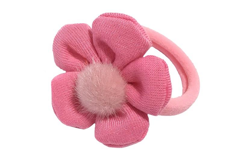 Schattig roze meisjes haar elastiekje.  Met een zacht stoffen bloemetje in fel roze kleur.  En in het midden een licht roze fluffie bolletje.  Het bloemetje is ongeveer 4.5 centimeter.