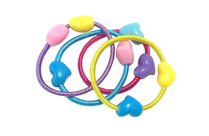 Vrolijk setje van 4 kleine gekleurde haarelastiekjes met aan elk elastiekje 2 gekleurde hartjes. De kleuren van de elastiekjes en de hartjes varieren.