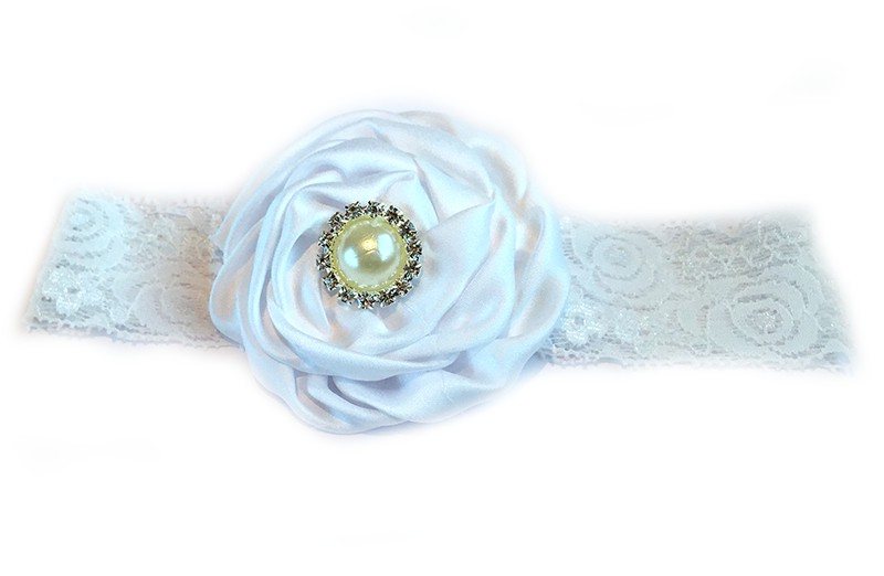 Schattige witte babyhaarband van kant met grote witte bloem afgewerkt met mooie parel.