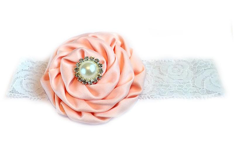 Schattige witte babyhaarband van kant met zalm kleurige bloem afgewerkt met mooie parel.