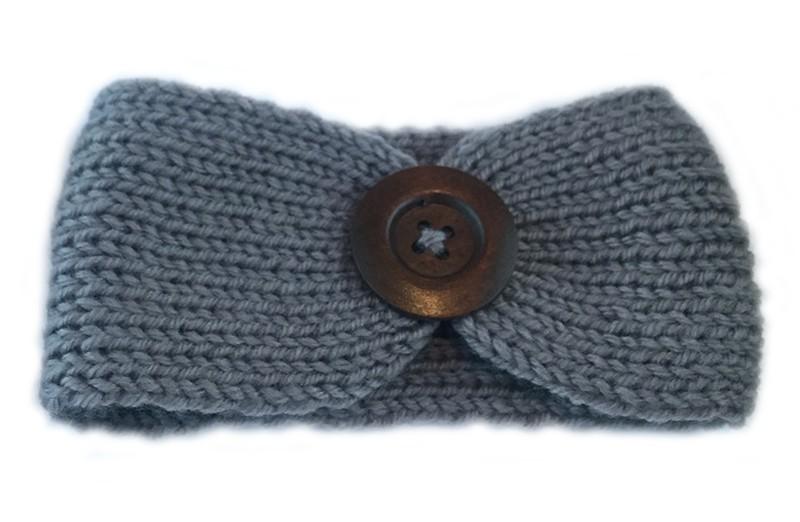 Mooie gehaakte baby haarband grijs met bruine houten knoop. Lekker warm deze winter voor de kleine meisjes.