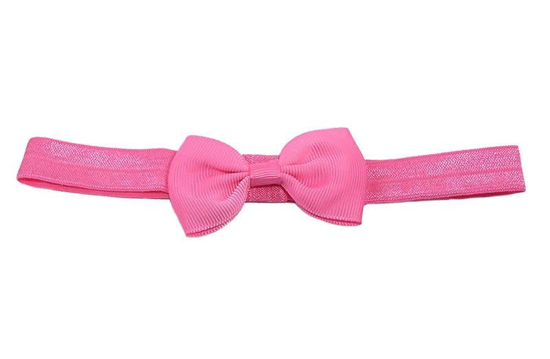 Leuke fel roze elastische baby haarbandje met een donkerblauw strikje erop. Heeft zonder uit te rekken een omtrek van ongeveer 34 centimeter.