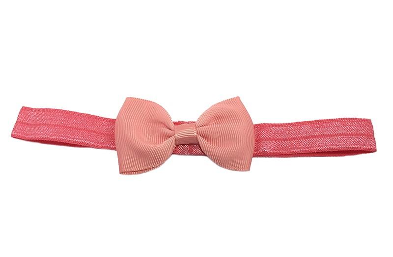 Leuke koraal roze elastische baby haarbandje met een koraalroze strikje erop.  Heeft zonder uit te rekken een omtrek van ongeveer 34 centimeter.