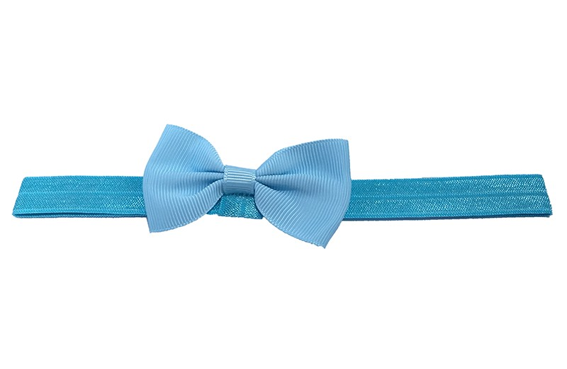 Leuk fel blauw elastische baby haarbandje met een licht blauw strikje erop. Heeft zonder uit te rekken een omtrek van ongeveer 35 centimeter.