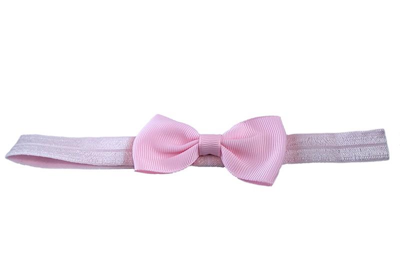 Leuk lichtroze elastische baby haarbandje met een lichtroze strikje erop. Heeft zonder uit te rekken een omtrek van ongeveer 35 centimeter.