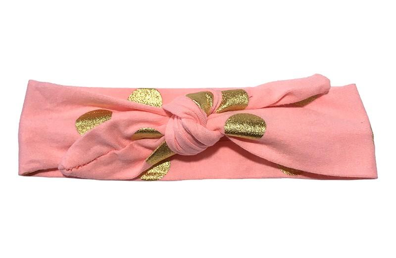 Leuk (zalm) roze meisjes haarbandje (baby, peuter, kleuter) met glanzend gouden stippen. Dit haarbandje is van zachte rekbare stof en makkelijk zelf te knopen. Daardoor kun je lang plezier hebben van dit leuke haarbandje.