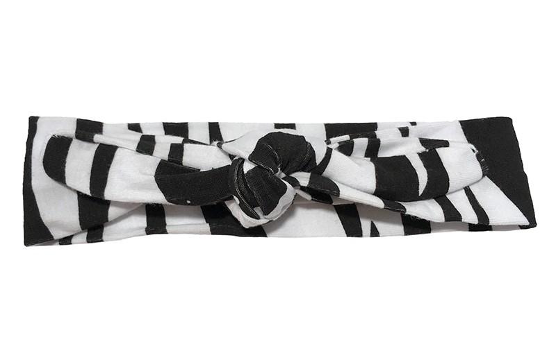 Leuk wit met zwart baby peuter kleuter haarbandje.  Het haarbandje is van rekbare stof en heeft een vrolijk dessin van zwart witte zebra strepen.  Het haarbandje is makkelijk zelf te knopen, zo kun je lang plezier hebben van dit leuke haarbandje.  De breedte van het haarbandje is ongeveer 4.5 centimeter.