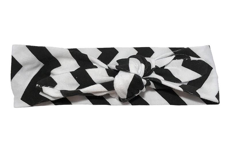 Leuk zwart wit baby peuter kleuter haarbandje.  Het haarbandje is van rekbare stof en heeft een vrolijk dessin van zwart witte zigzag strepen.  Het haarbandje is makkelijk zelf te knopen, zo kun je lang plezier hebben van dit leuke haarbandje.  De breedte van het haarbandje is ongeveer 4.5 centimeter.