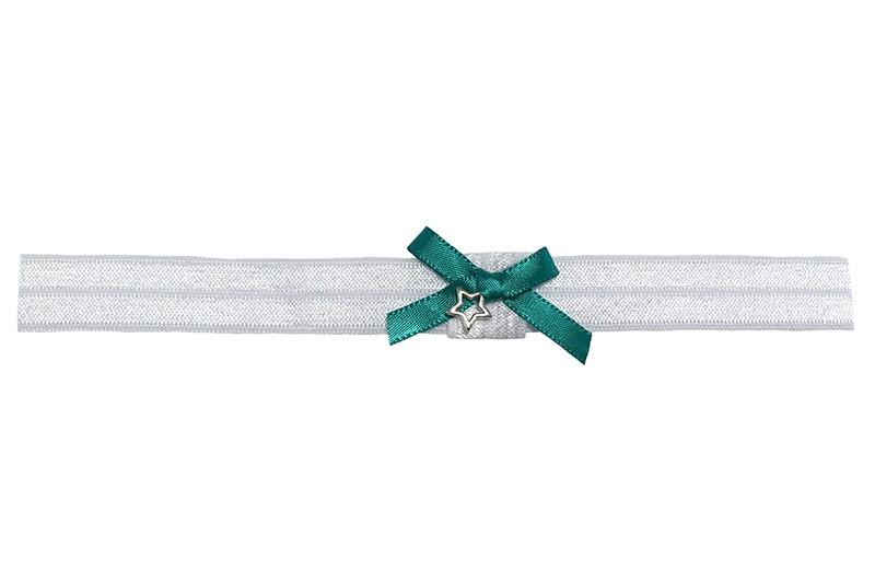 Schattig wit glanzend baby peuter haarbandje van rekbaar elastiek.  Met een lief klein groen strikje van lint en een klein sterretje.  Het haarbandje is ongeveer 1.5 centimeter breed.  Te gebruiken tot ongeveer 2 jaar.