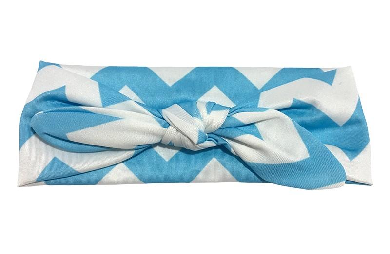 Vrolijk licht blauw wit baby peuter haarbandje van gladde rekbare stof met zigzag strepen. Geknoopt in leuk 'konijnenoortjes model'. De hoogte van het haarbandje is ongeveer 6 centimeter.