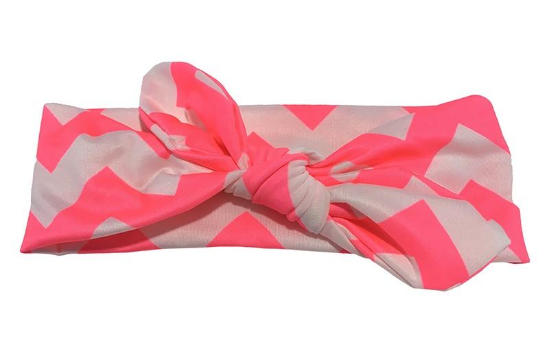 Vrolijk fel roze wit baby peuter haarbandje van gladde rekbare stof met zigzag strepen. Geknoopt in leuk 'konijnenoortjes model' De hoogte van het haarbandje is ongeveer 6 centimeter.