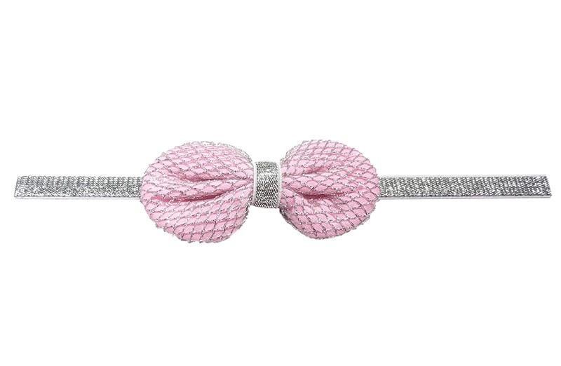 Vrolijk zilver glinsterend baby / peuter haarbandje.  Met een licht roze stoffen strikje, het strikje is bekleed met een zilver gehaakt patroontje.  Het haarbandje is afgewerkt met een smal zilveren bandje.  Niet uitgerekt is het haarbandje 19.5 centimeter.