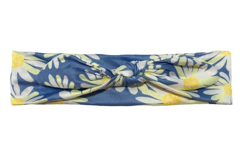 Leuk blauw stoffen peuter haarbandje. Met een vrolijk dessin van geel, witte bloemetjes.  Het haarbandje is van gladde rekbare stof. Geknoopt in een leuk modelletje.  Het haarbandje is geschikt tot en met ongeveer 3 jaar.