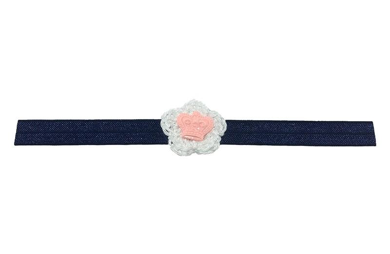 Schattig donkerblauw glanzend baby haarbandje met een klein wit gehaakt bloemetje.  Afgewerkt met een licht roze kroontje.