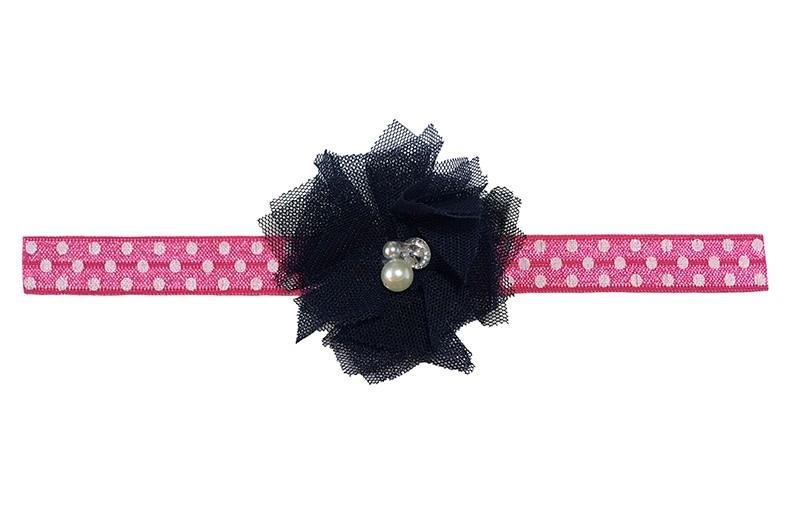 Vrolijk roze peuter meisjes haarbandje met witte stippels.  Met een vrolijke donkerblauwe bloem van tule stof en 3 verschillende pareltjes.  Het haarbandje heeft een fijne rek, geschikt voor meisjes van ongeveer 18 maanden - 4 jaar.