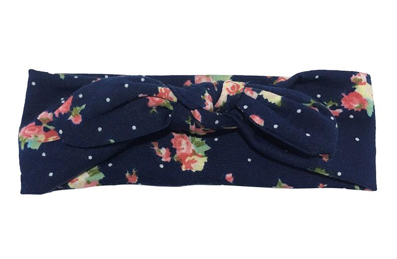 Vrolijk geknoopt baby, peuter, kleuter haarbandje. Van donkerblauwe zachte rekbare stof met vrolijke roze roosjes.  Het haarbandje is heel goed rekbaar en daardoor lang te gebruiken.