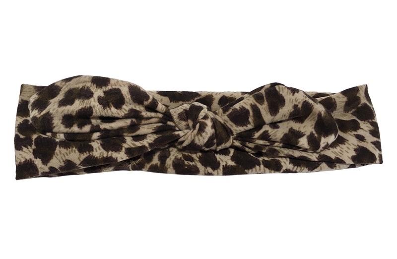 Zacht stoffen peuter haarbandje met bruin panterprintje.  Het haarbandje is geknoopt in een leuk modelletje. Het bandje is ongeveer 4 centimeter hoog en niet uitgerekt 18 centimeter breed. Geschikt tot en met ongeveer 4 jaar.