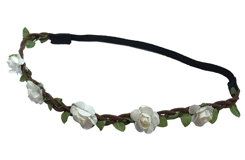 Vrolijk bruin gevlochten meisjes haarbandje met elastiek deel (het elastiek is, niet uitgerekt, 18 centimeter). Afgewerkt met groen lintje erdoorheen gevlochten en kleine witte bloemetjes.
