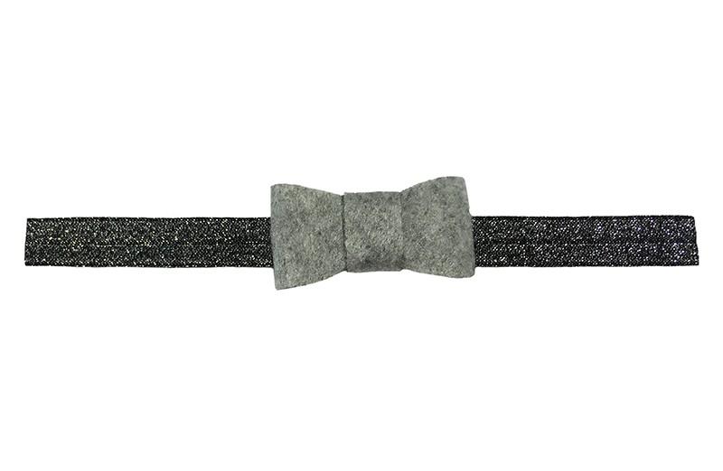 Schattig zwart elastische baby peuter haarbandje in zilver glitterlook.  Met een lichtgrijs viltlook strikje.  Haarbandje is van goed rekbaar elastiek, geschikt tot en met ongeveer 2 jaar.