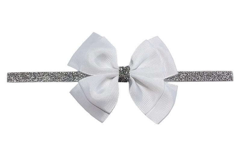 Schattig zilver glitter baby peuter meisjes haarbandje met mooie grote dubbel geknoopte witte strik.  Het haarbandje is van goed rekbaar elastiek, geschikt voor baby meisjes en peuter meisjes tot en met ongeveer 2,5 a  3 jaar.  Niet uitgerekt is de omtrek van het haarbandje ongeveer 36 cm.