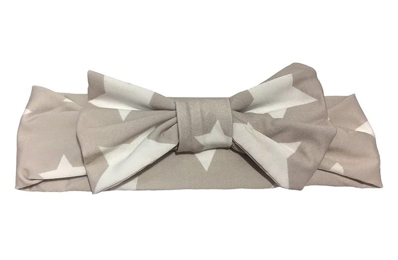 Leuk, stoffen haarbandje grijs met witte sterren. Dit peuter, kleuter meisjes haarbandje is van gladde, glanzende, rekbare stof. De strik op het haarbandje is ongeveer 9 centimeter.