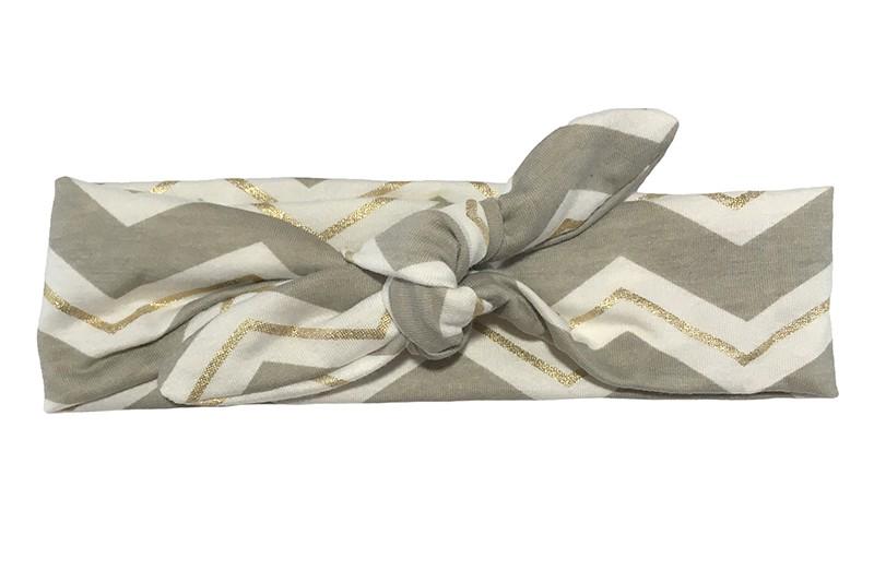 Vrolijk grijs, wit en goud baby peuter kleuter haarbandje. Met leuke zigzag strepen.  Van zachte rekbare stof. Dit haarbandje is makkelijk zelf te knopen, daardoor kun je lang plezier hebben van dit leuke haarbandje.  Het haarbandje is ongeveer 5 centimeter breed.