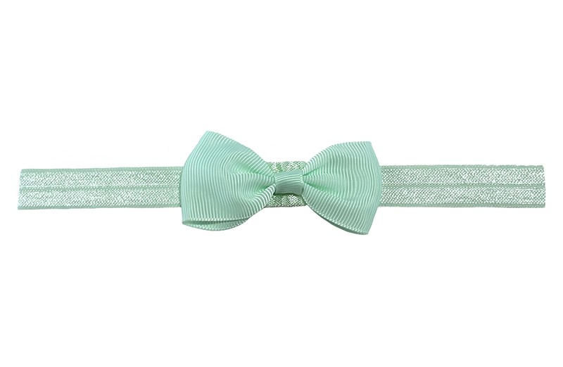 Leuk licht mint groen elastische baby haarbandje met een licht mint groen strikje erop.  Heeft zonder uit te rekken een omtrek van ongeveer 35 centimeter. Geschikt tot en met ingeveer 5 jaar.