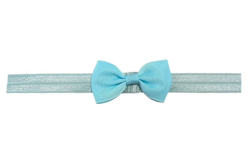 Leuk elastische baby peuter kleuter haarbandje met een lichtblauw strikje erop.  Heeft zonder uit te rekken een omtrek van ongeveer 35 centimeter. Geschikt tot en met ongeveer 5 jaar.