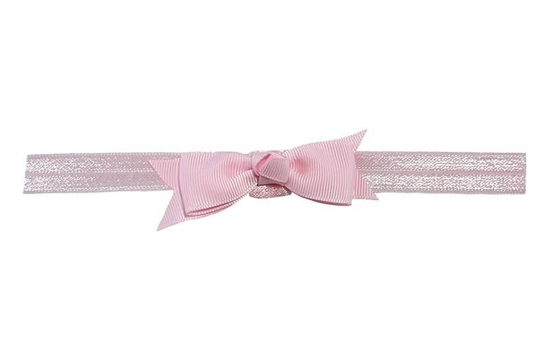 Schattig licht roze peuter kleuter haarbandje.  Met een licht roze strikje van lint.  Het haarbandje is van fijn rekbaar elastiek, geschikt tot en met ongeveer 5 jaar.