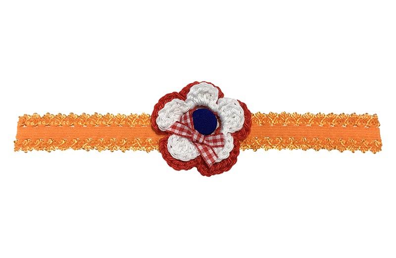 Vrolijk oranje (baby) peuter haarbandje in kantlook.  Het haarbandje is van goed rekbaar elastiek, daardoor geschikt tot ongeveer 4 jaar.  Met een rood wit gehaakt bloemetje. Afgewerkt met een blauw stofknoopje en een rood wit geruit strikje.