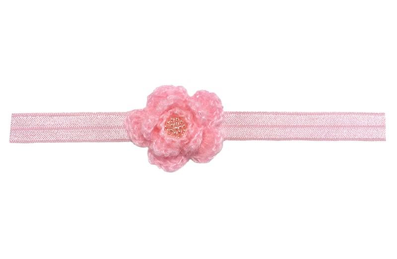 Schattig licht roze glanzend peuter haarbandje.  Met een roze gehaakt bloemetje.  Afgewerkt met een mooi glanzend roze pareltje.  Het haarbandje is geschikt tot ongeveer 3.5 jaar.