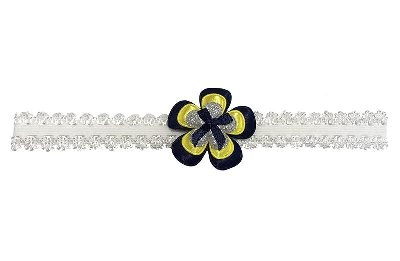 Schattig wit peuter meisjes haarbandje in kantlook.  Met een donkerblauwe bloem, een gele bloem en een zilver glitter bloemetje.  Afgewerkt met een donkerblauw strikje.  Het haarbandje is van goed rekbaar elastiek geschikt tot en met ongeveer 4 a 5 jaar.