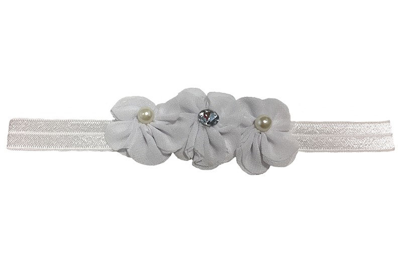 Lief wit baby, peuter haarbandje met 3 witte chiffon bloemen. Afgewerkt met op elke bloem een parel.  Het bandje is 1,5 centimeter breed en niet uitgerekt is het haarbandje ongeveer 17,5 centimeter.  De chiffon bloemetjes zijn elk ongeveer 3,5 centimeter.