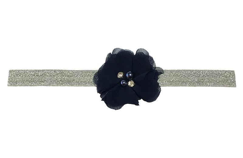 Schattig zilver grijs elastische baby peuter haarbandje in zilver glitterlook.  Met een donkerblauw chiffon bloemetje met 4 verschillende pareltjes.  Het haarbandje is van goed rekbaar elastiek, geschikt tot en met ongeveer 3 jaar.
