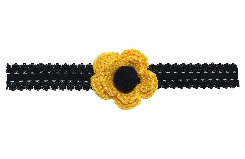 Leuk zwart baby peuter haarbandje in kantlook.  Met een gele gehaakte bloem en een zwart pompommetje.  Het haarbandje is van goed rekbaar elastiek.  Niet uitgerekt is het haarbandje ongeveer 18.5 centimeter.