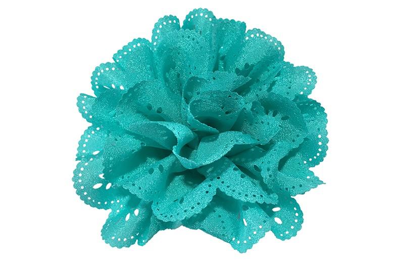 Vrolijke blauwe groene stoffen haarbloem in kantlook.  In een leuke laagjeslook.  Op een handig haarknipje met kleine tandjes.