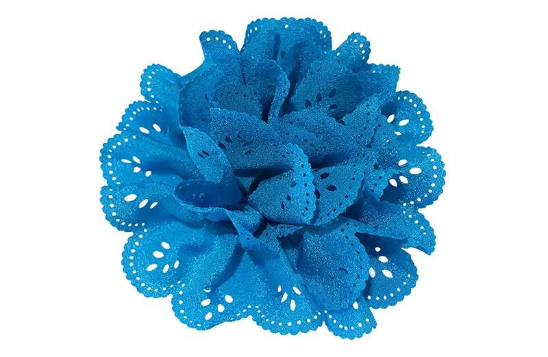 Vrolijke blauwe stoffen haarbloem in kantlook.  In een leuke laagjeslook.  Op een handig haarknipje met kleine tandjes.