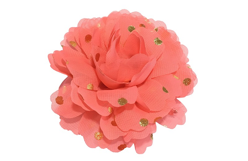 Vrolijke grote koraal roze haarbloem van chiffon met gouden stipjes.  Op een handig knipje met kleine tandjes van ongeveer 5 centimeter. Half bekleed met koraalroze lint.