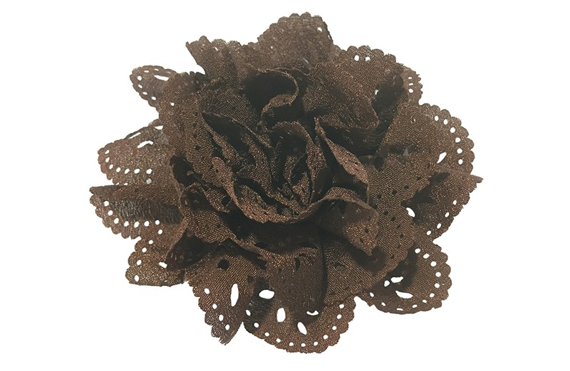 Mooie donkerbruine haarbloem in kantlook. Van licht glanzende stof. Op een handig alligatorknipje van 4.5 centimeter.