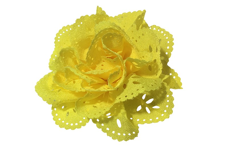 Mooie geel stoffen haarbloem in kantlook. Op een handig alligator knipje.