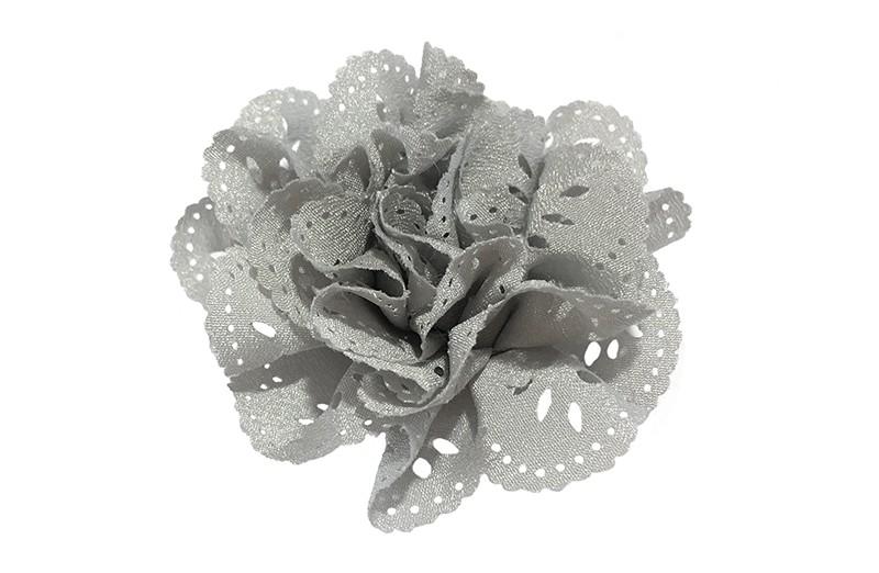 Mooie grijze haarbloem in kantlook. Van licht glanzende stof. Op een handig alligatorknipje van 4.5 centimeter.