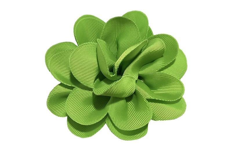 Vrolijke appel groene haarbloem op knip. Leuke grote bloem in 'laagjes' model.   Op een handige alligator knip van ongeveer 5.5 centimeter.  Handig in het haar te zetten.