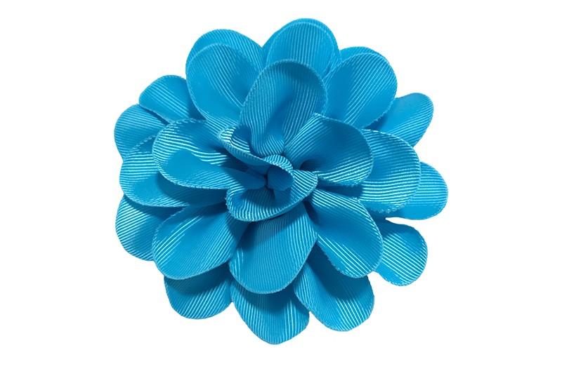 Vrolijke blauwe haarbloem op knip. Leuke grote bloem in 'laagjes' model.   Op een handige alligator knip van ongeveer 5.5 centimeter.  Handig in het haar te zetten.