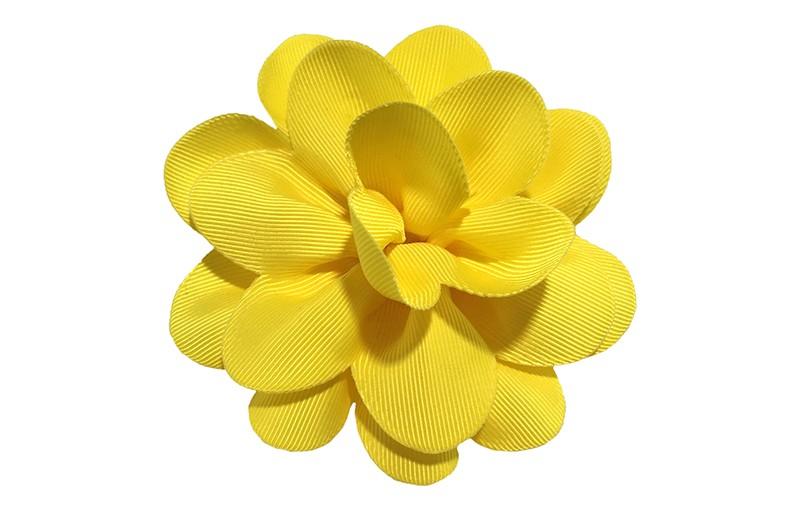 Vrolijke gele haarbloem op knip. Leuke grote bloem in 'laagjes' model.   Op een handige alligator knip van ongeveer 5.5 centimeter.  Handig in het haar te zetten.